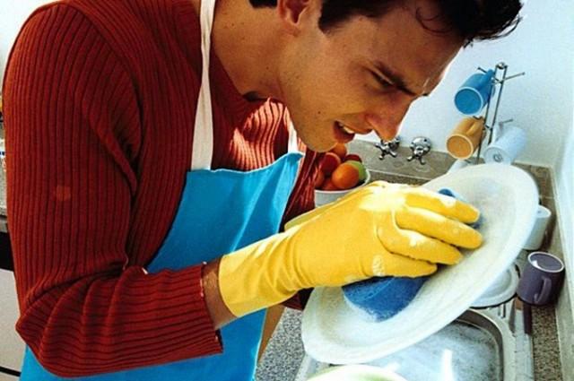 Να πλένετε και οι άντρες κανένα πιάτο αλλιώς να μην κάνετε τραπέζια και γιορτές, ναι;