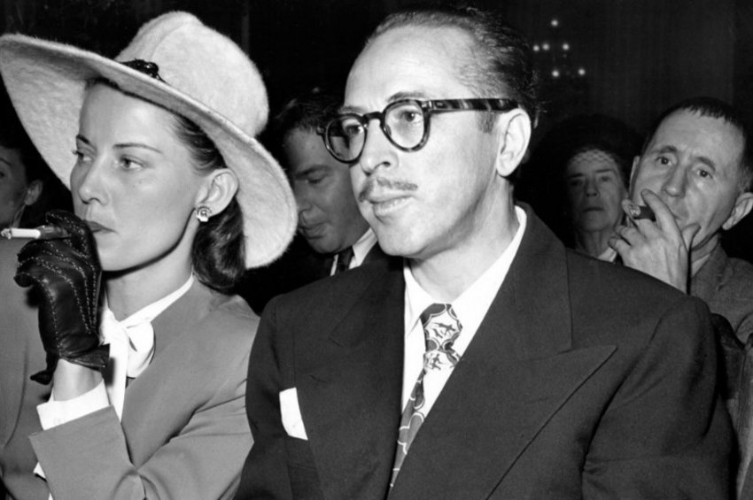 Ο Τράμπο με τη σύζυγό του Κλίο, ενώ περιμένει να εξεταστεί από την 'Επιτροπή Μακάρθι'. Πίσω τους διακρίνεται ο Μπέρτολτ Μπρεχτ.