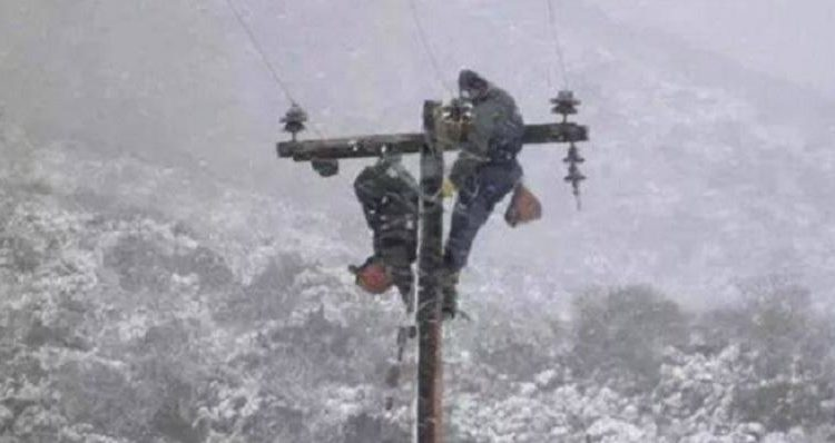 Εναερίτες του ΔΕΔΔΗΕ: Σκληρές προσπάθειες μέσα σε χιονοθύελλα