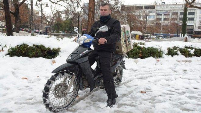 Ντελιβεράς στη Λάρισα έφτιαξε μόνος του αλυσίδες χιονιού για το μηχανάκι