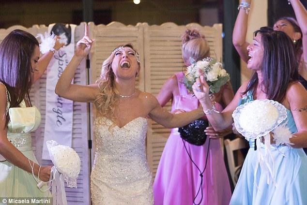 40χρονη Ιταλίδα γυμνάστρια ξόδεψε 10.000 ευρώ και παντρεύτηκε τον εαυτό της - Εικόνα 11