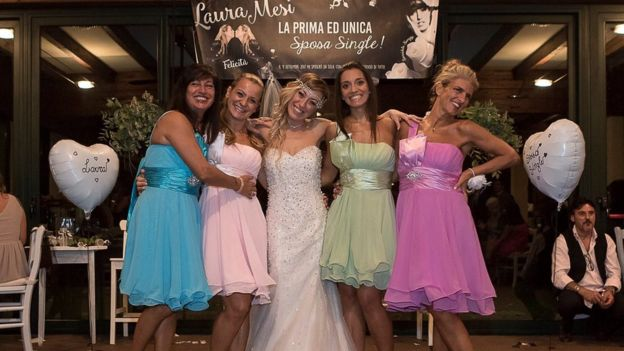 40χρονη Ιταλίδα γυμνάστρια ξόδεψε 10.000 ευρώ και παντρεύτηκε τον εαυτό της - Εικόνα 12