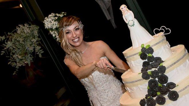 40χρονη Ιταλίδα γυμνάστρια ξόδεψε 10.000 ευρώ και παντρεύτηκε τον εαυτό της - Εικόνα 6