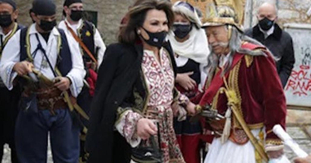 Γιάννα Αγγελοπούλου: Πήγε στη Μάνη υπέρκομψη με τσαντάκι «τσαρούχι» –  διαφορετικό